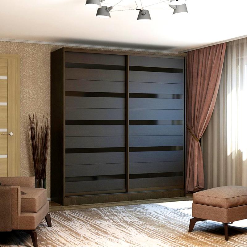 Шкаф-купе «венге» в интерьере светлой гостиной