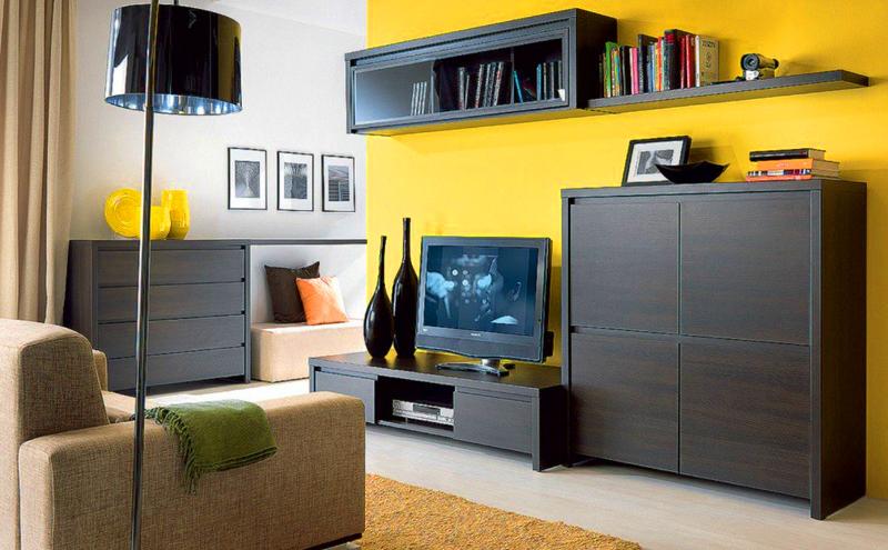 Тёмно-коричневый цвет мебели прекрасно смотрится со светлой жёлтой отделкой комнаты