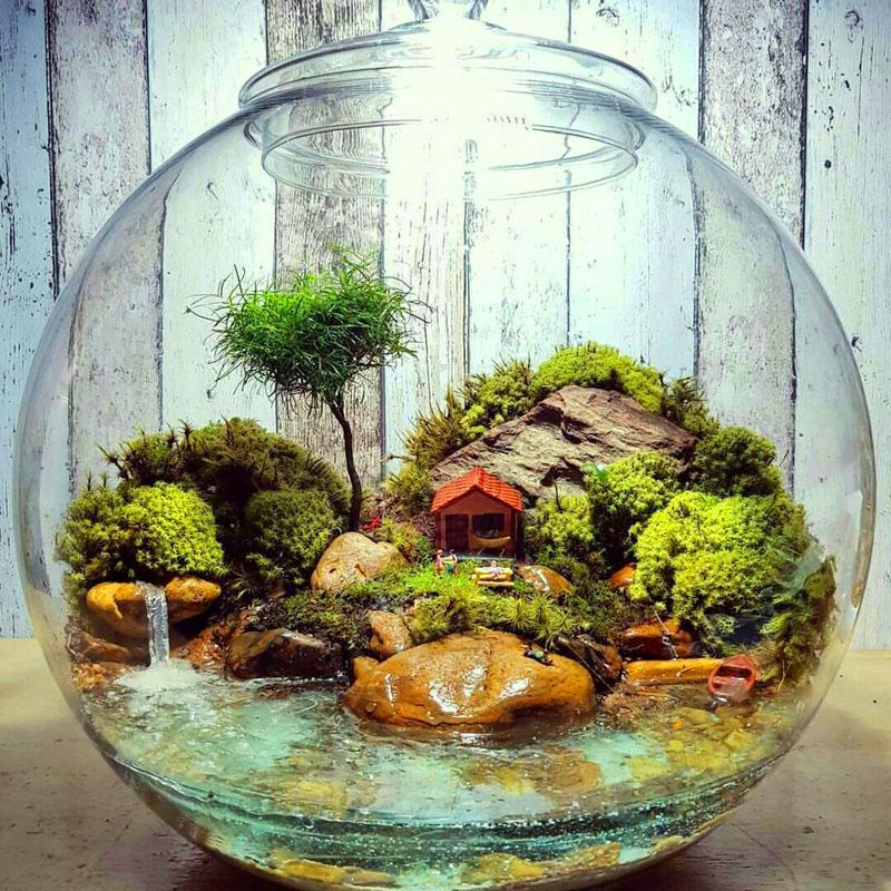 Если подобрать растения, любящие влагу, и установить в колбе крохотный насос, получится водная композиция