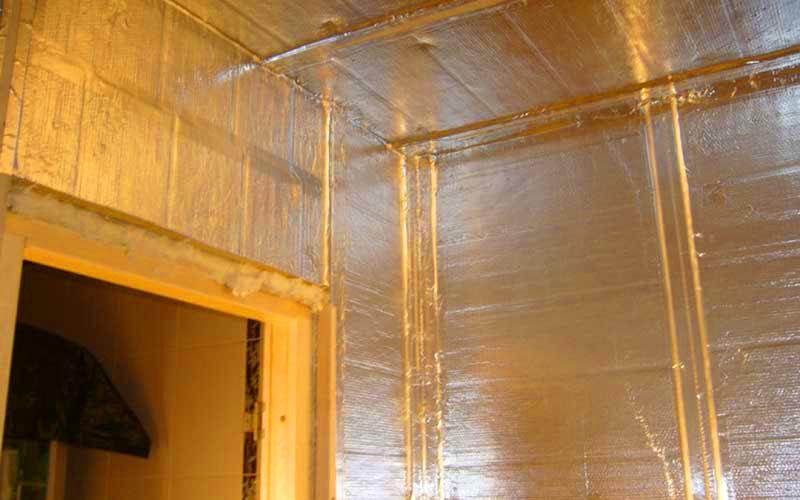 С помощью фольги Isover можно покрыть стены и потолок бани