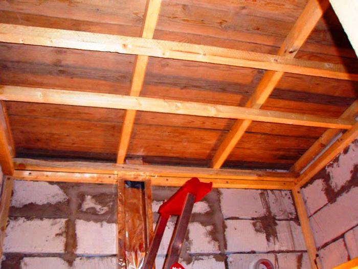 Если стены в бане сделаны из бетона, то для их перекрытия можно использовать два слоя фольгированной ваты
