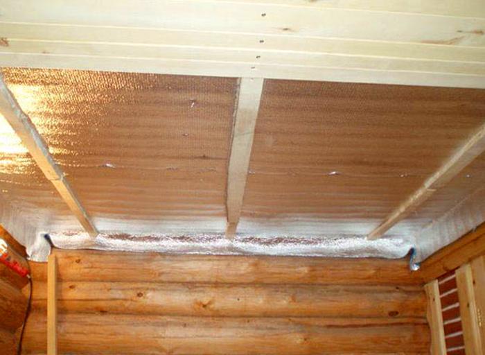В деревянной бане перекрытие досок фольгой строго обязательно