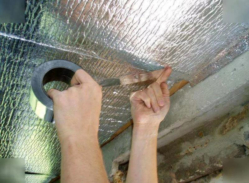 Стыки между двумя рядами плёнки заклеиваются специальным фольгированным скотчем