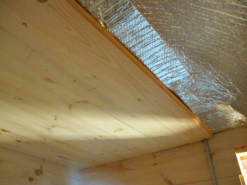 Потолок в сауне обязательно должен быть обложен фольгированным слоём. В нём создаются зазоры для вентиляции помещения