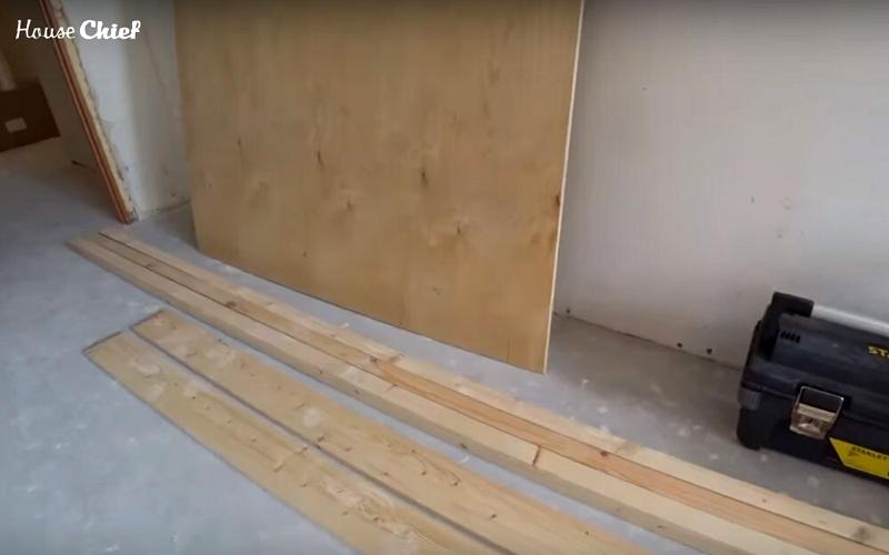Для рабочего стола мне потребовался лист фанеры, пара кусков бруса с гранью в 5 см и доска двойка шириной 12 см