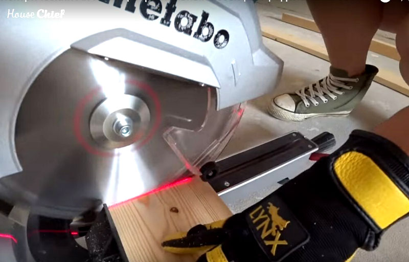 Ножки я делала из доски. Я точно рассчитала высоту моего инструмента и отрезала 4 детали