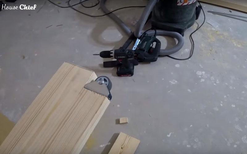Для этого с одного торца на ножках я вырезала углубления и установила вот такие небольшие колёсики. Теперь стол можно перекатывать, приподняв с одного края