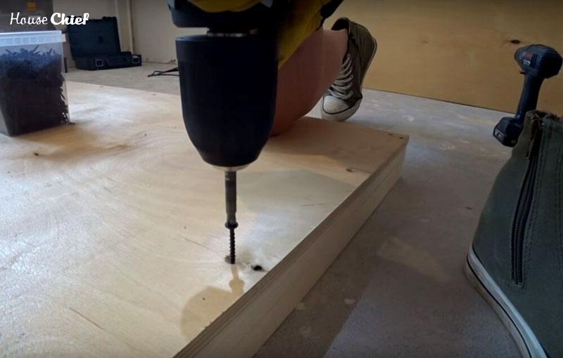 Завершающий этап в сооружении столешницы – крепление фанерного листа к рамке. Я сделала это теми же саморезами в раззенькованные отверстия