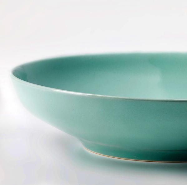 Тарелка имеет интересный оттенок, который позволяет использовать её в любом кухонной интерьере и в гостиной
