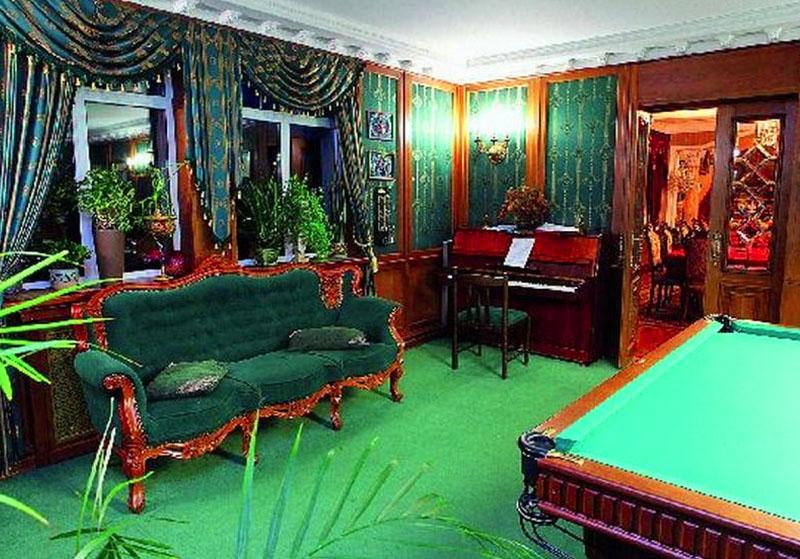 В бильярдной комнате стоит фортепиано, именно здесь иногда проводятся музыкальные вечера