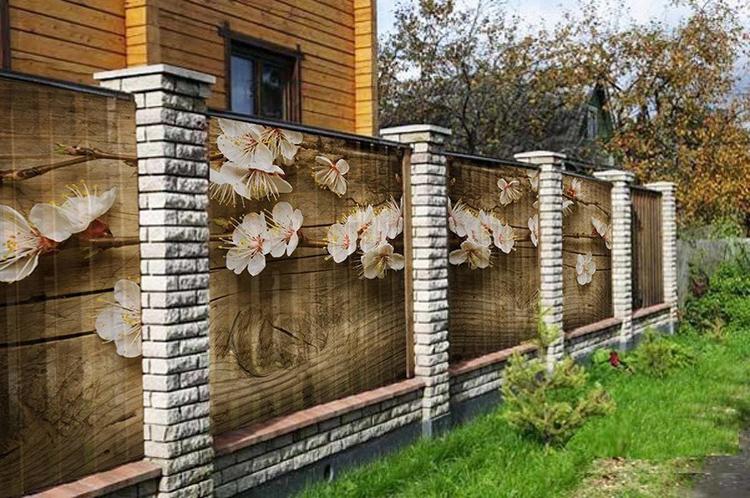 Фотосетка способна преобразить старый забор в украшение участкаФОТО: buvbaze.lv