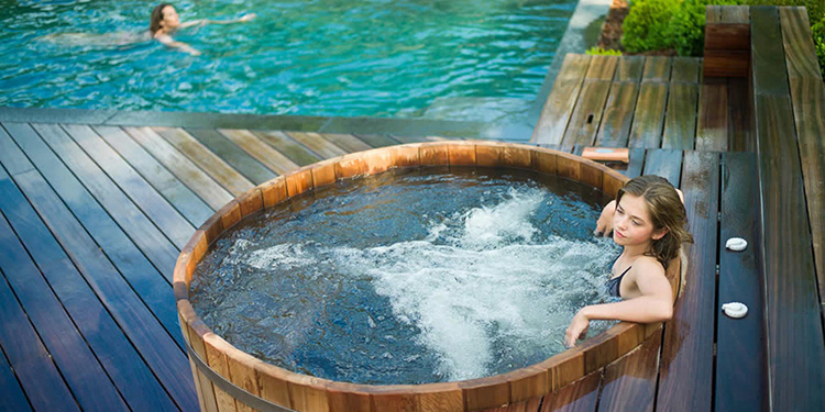 Банная бочка – непременный атрибут оздоровительных процедурФОТО: zwembaden-valkenborgh.be