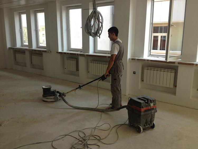 Шлифовка бетонного пола перед началом отделочных работФОТО: svouimirukami.ru