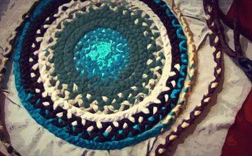 Старые полотенца, умение плести косы: как это поможет сделать коврик в ванную