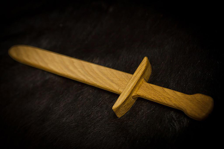 Деревянный меч для ребёнкаФОТО: whitelynx.ru