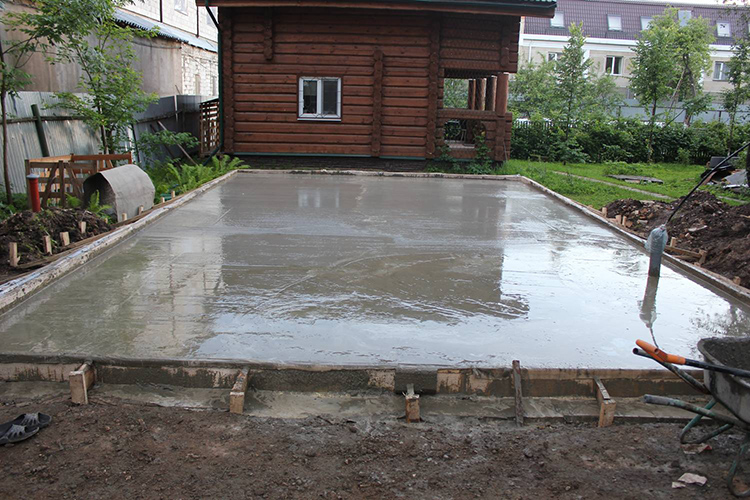 Для обустройства такого основания, как на фото, выбирают грунт на 40-50 см, насыпают песчано-гравийную подушку, арматурную сетку и всё это заливают бетономФОТО: fundament-pro.ru