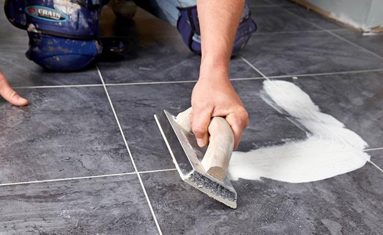 Все швы необходимо сровнять с плиткой перед началом укладки линолеумаФОТО: uchi.kz