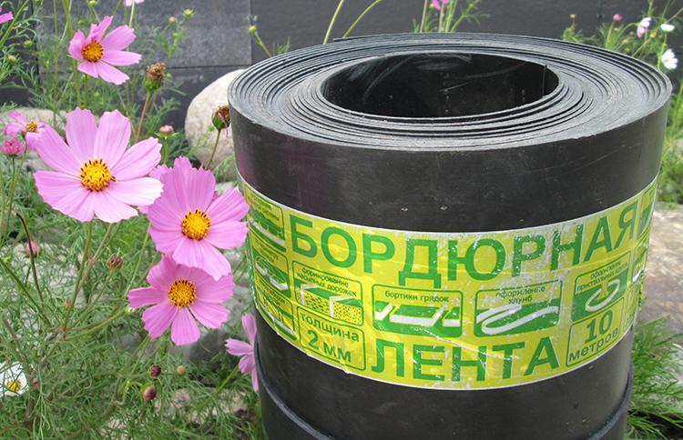 Это гладкий или волнистый материал в рулонах, который продаётся в специализированных магазинах для садоводовФОТО: roomester.ru