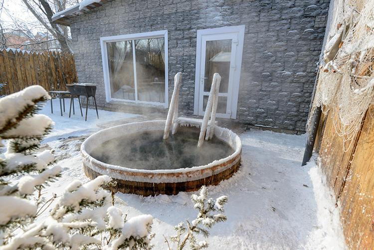 Важно следить, чтобы в уличной бочке вода не замерзала, иначе ёмкость разорвётФОТО: src.kleos.ru