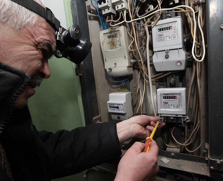 Ревизионные работы в подъездных щитах производятся управляющей компаниейФОТО: podklyuchenie-elektrichestva.ru