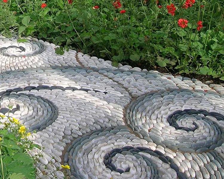 Шикарно выглядят дорожки, мощёные природным камнем, особенно – речной галькой. Из неё можно выкладывать замысловатые узоры и орнаментыФОТО: avatars.mds.yandex.net