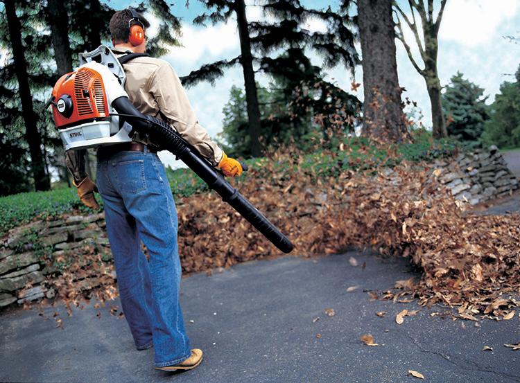 Обычный мусор можно убирать веником или воздуходувомФОТО: house-tools.ru