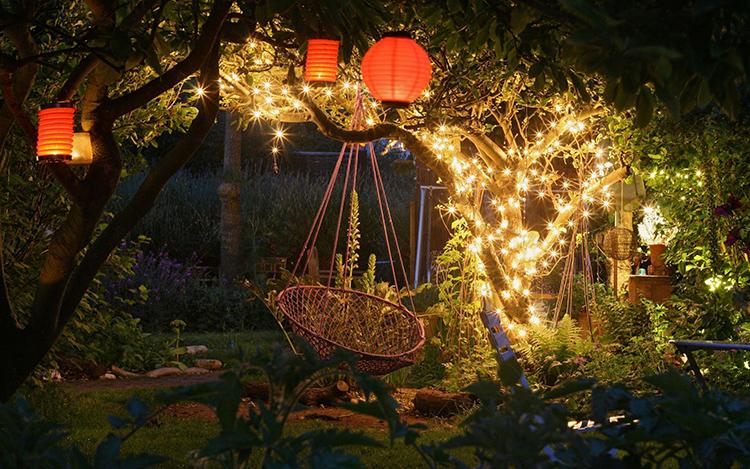 Светильники можно разместить не только вдоль дорожек, но и на деревьяхФОТО: ideadesigncasa.org