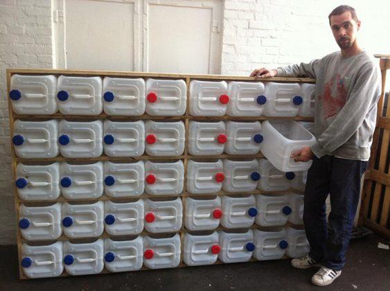 Объёмные канистры из пластика могут стать ящиками для инструментов в гаражеФОТО: gillion.club