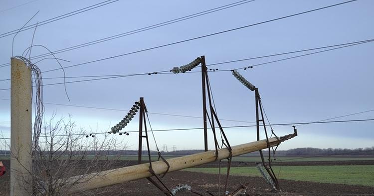 Особенно опасными являются возможные последствия обрыва провода, предотвратить которые может только обширная зона отчужденияФОТО: cs9.pikabu.ru