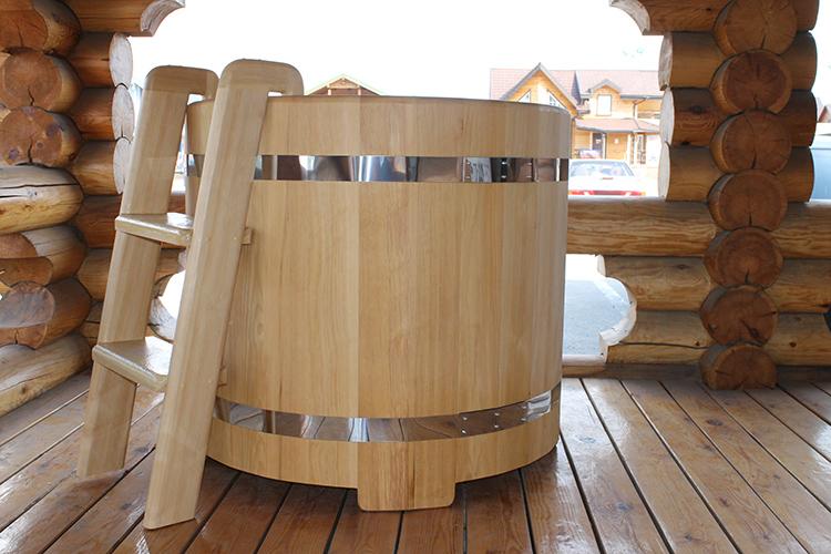 К открытым ёмкостям проще подключить воду и канализацию, в них не сложно поставить устройство для гидромассажаФОТО: studioline-design.com
