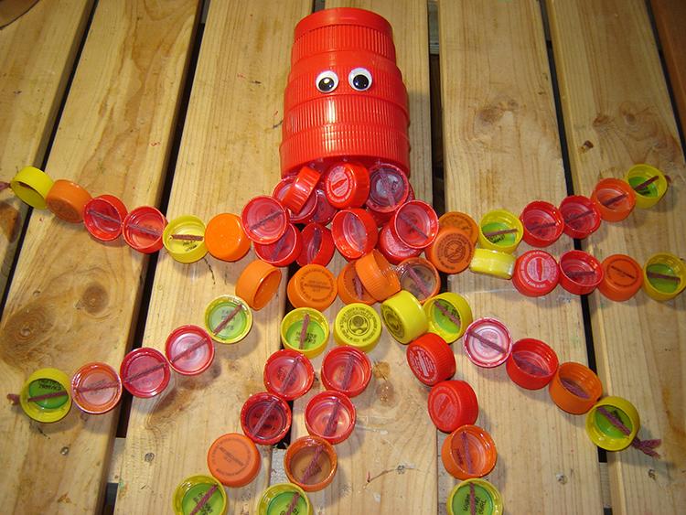 Это всего лишь крышки от бутылок и банок. Для создания такого забавного осьминога, помимо этого бросового сырья, потребовались только кусочки проволоки и пара глазок на самоклейной основеФОТО: trashmagination.com