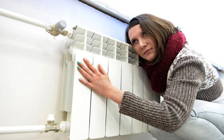 Недостаточный прогрев батареи – один из признаков необходимости промывки системы отопленияФОТО: predgorie-online.ru