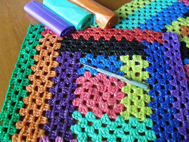 Из этого же материала можно связать коврик крючком или сплести его традиционным способомФОТО: vniiam.ru
