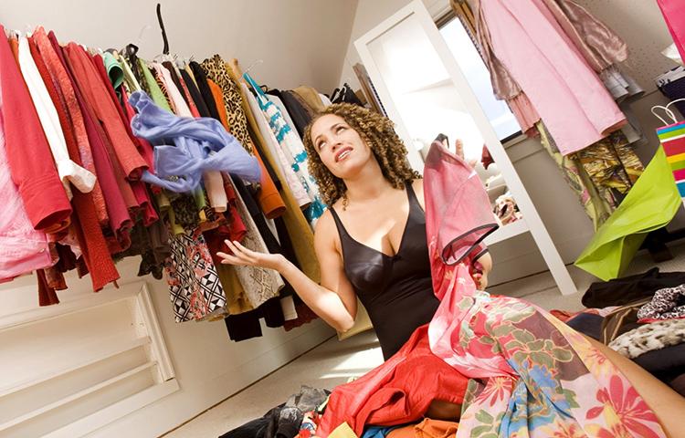 Вы открываете шкаф: не смотря на то, что он переполнен, вам нечего надеть, потому что вещи либо нуждаются в ремонте, либо вышли из модыФОТО: iconic.school