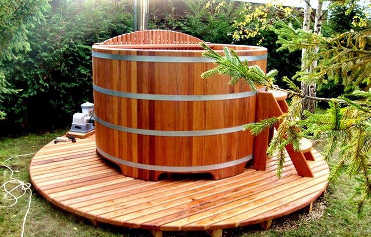 Особенно ценятся купели из кедра, которые наполняют воду полезными веществами, благотворно влияющими на состояние кожи и органов дыхания. Такие бочки укрепляют иммунитетФОТО: slg-sauna.ru