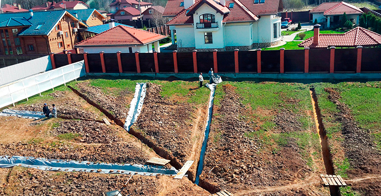 При необходимости, участок с высоким уровнем подъёма грунтовых вод можно осушить с помощью дренажаФОТО: septix.ru