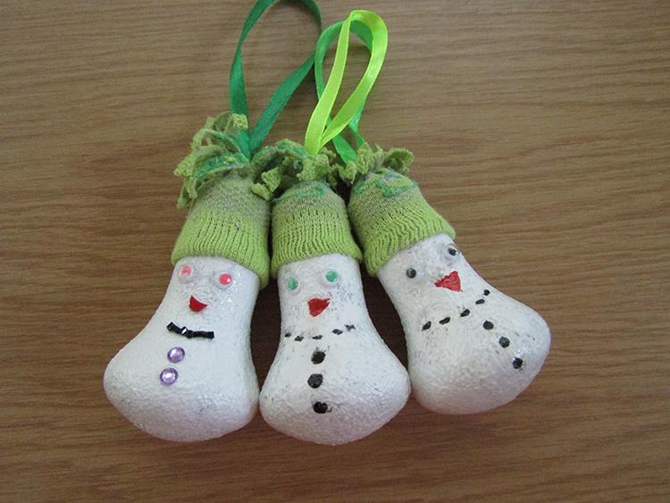 Из бросового материала можно сделать игрушки и на новогоднюю ёлку. К примеру, эти снеговики сделаны из старых лампочекФОТО: passionforum.ru