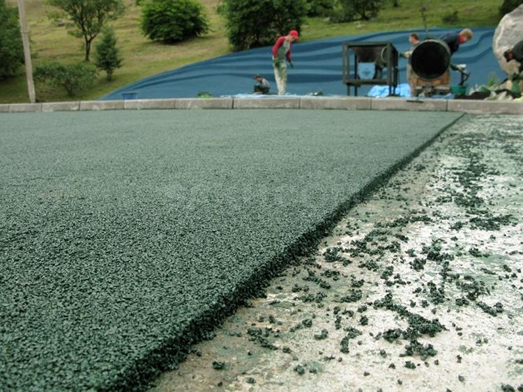 Резиновым составом можно заливать площадку, если она ранее была покрыта плиткой или асфальтомФОТО: novoshin.ru
