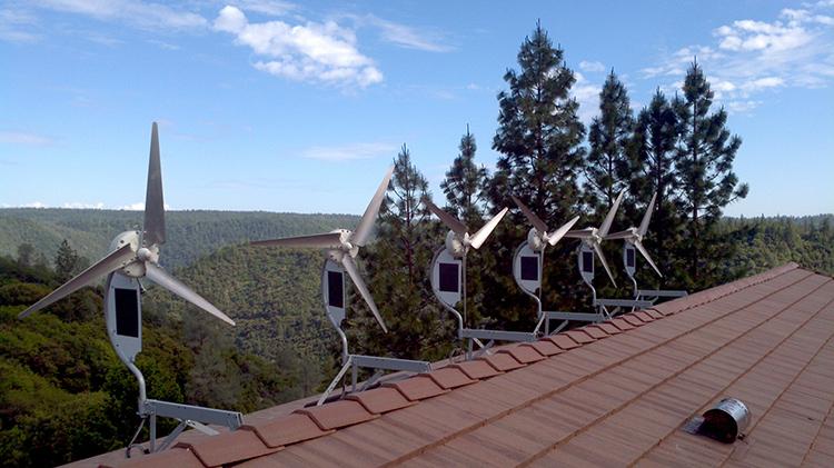 Здесь используются одновременно энергии ветра и солнцаФОТО: oz90.ru