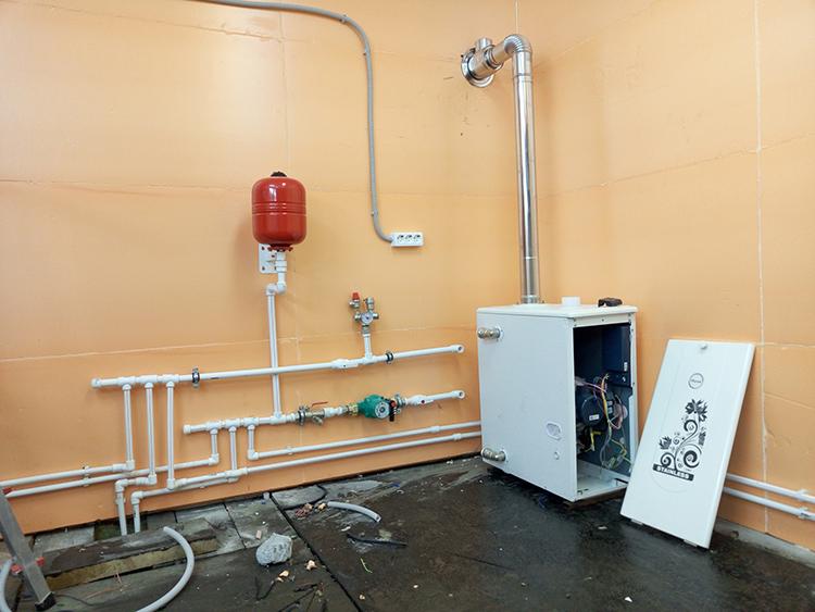 Если вы планируете установить отопление или водоснабжение в гараже – подумайте, где будут стоять необходимые приборы и пролегать трубыФОТО: a.d-cd.net