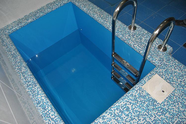 Чаще всего такие ёмкости делают в голубом или бирюзовом цвете, популярны блёски и различные орнаментыФОТО: plast-reserv.ru