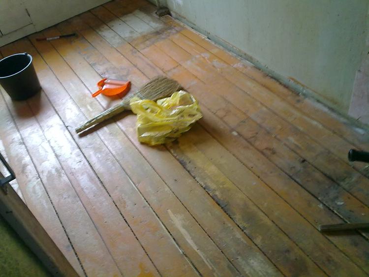 Все щели в деревянном полу нужно замазатьФОТО: remont-svoimi-rykami.ru