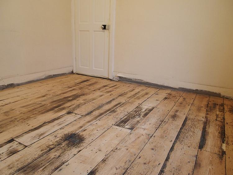 Идеально подготовленный деревянный пол даже жаль закрывать линолеумомФОТО: borales.ru