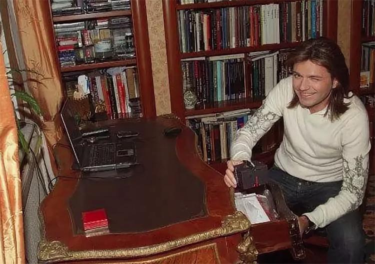 Книги занимают всю стену рабочего кабинета Дмитрия МаликоваФОТО: uenews.ru