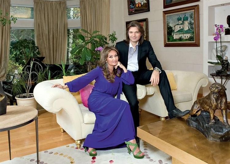 Роскошные белые кресла с невысокими спинками украшены яркими декоративными подушкамиФОТО: aqua-rmnt.com