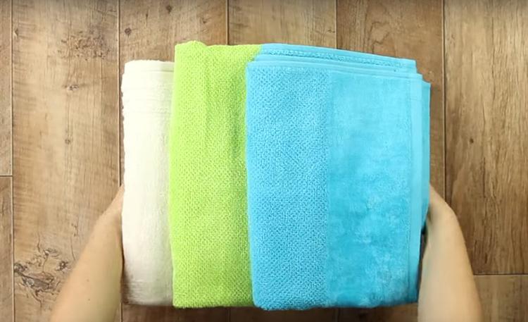 Я взяла три полотенца разного цвета. Не беда, если вы не найдёте три цвета, а будет всего один или два. И совсем необязательно они должны быть махровыми. Для такой работы можно использовать любой материал