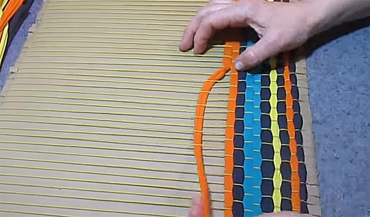 Третья полоска повторяет изгибы первой. Так нужно продолжать по всей основе, плотно прижимая полосы одна к другой, чтобы плетение было тугим