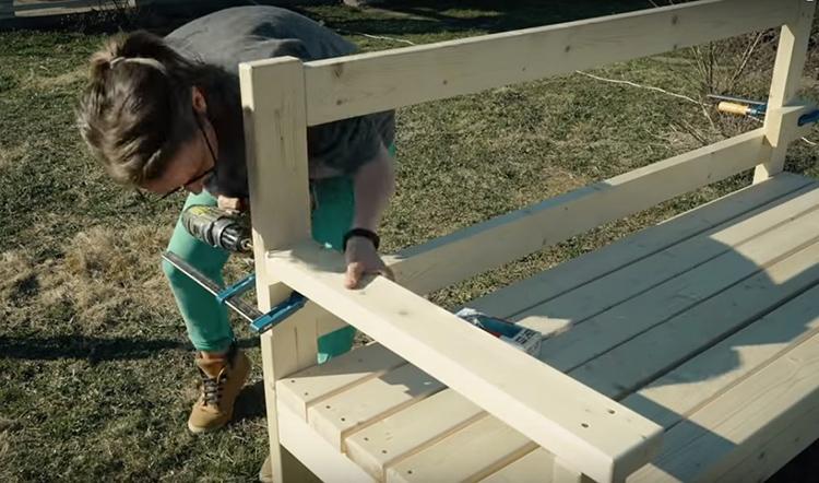 У удобной скамьи обязательно должны быть подлокотники. Их я тоже заранее отшлифовала и закруглила грани