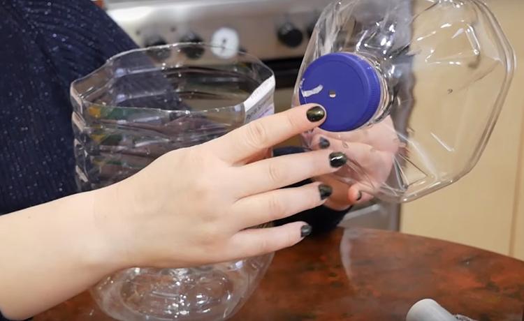 В крышке бутыли нужно сделать сквозное отверстие. Для его изготовления используйте обычную раскалённую на огне спицу. Просто пробейте ею крышку и увеличьте пробоину до размера примерно 5 мм в диаметре
