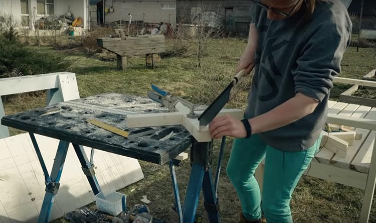 А потом обрезала крестовины под 45º, чтобы они вписались в каркас спинки